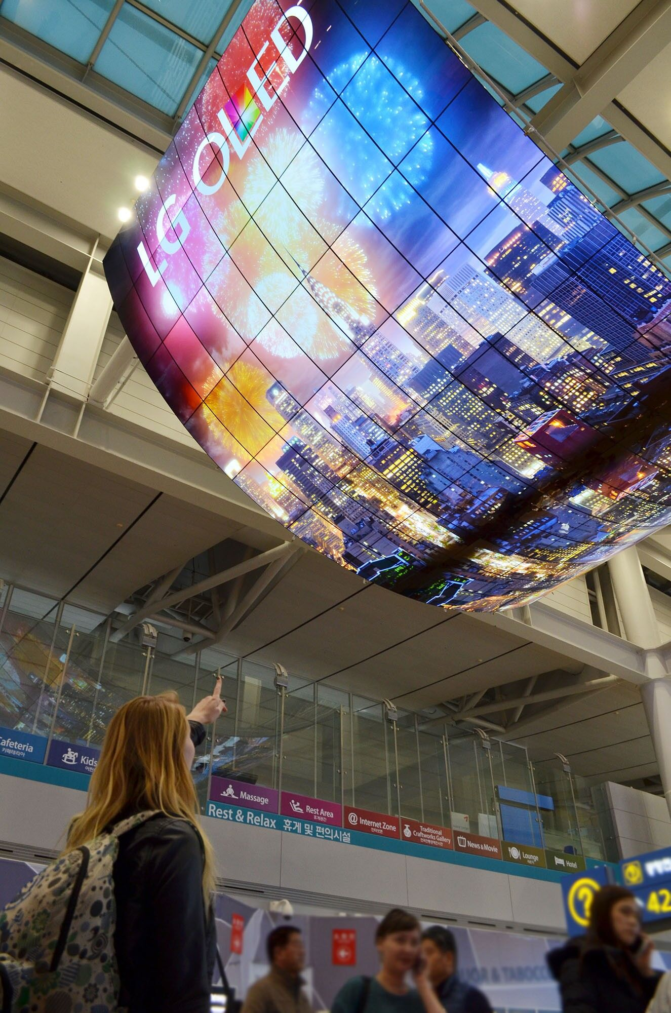 LG shows off their big OLED display at Incheon International Airport 22